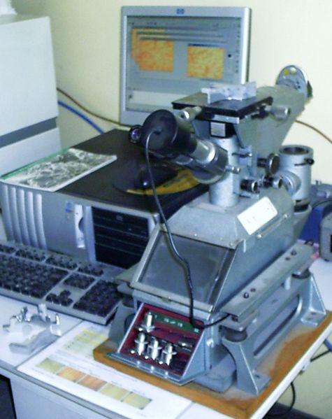 475px-Microscope_metallographique.JPG